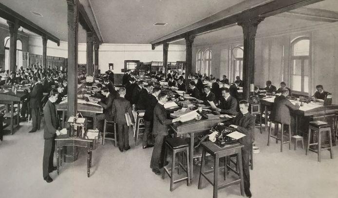 Kantoorpersoneel van Jurgens rond 1910 waar dan een centrale gasverwarming voor de warmte zorgde.
