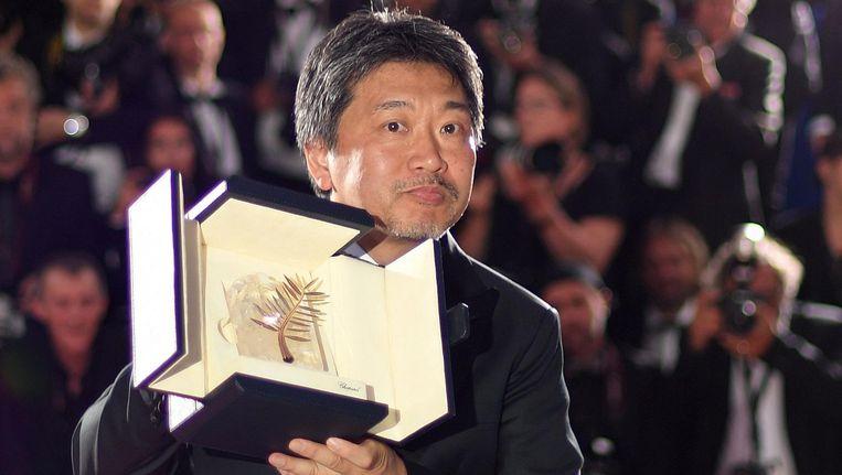 Regisseur Hirokazu Kore-Eda met de Gouden Palm Beeld afp