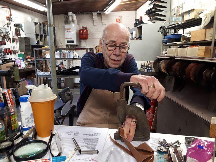 Jan van den Nieuwenhuijzen gebruikt hier nog oud gereedschap van een schoenmaker. Foto Janneke Hobo