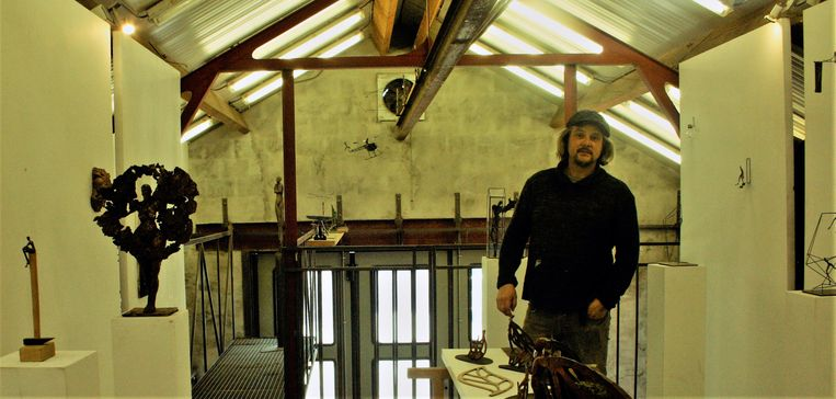 Kunstenaar geeft inkiijk in zijn atelier