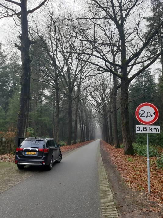 Een paar honderd meter voor de Poppelsedijk is een wegversmalling aangebracht. Het bordje vooraan de Prins Hendriklaan waarschuwt daarvoor.