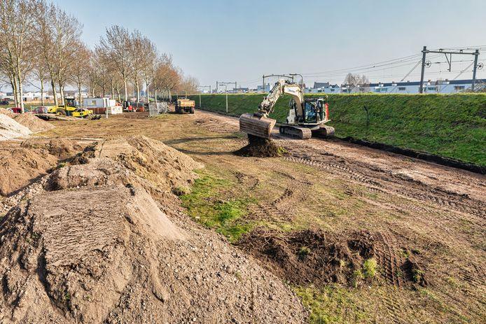 De aanleg van de eerste twaalf kilometer van het snelfietspad tussen Breda en Tilburg is begonnen op het Schaijkpad bij Hulten. In september moet het deel van Tilburg tot aan station Gilze-Rijen klaar zijn.