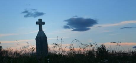 """""""Un homme mort m'a sauvé la vie"""": un pompier allemand survit en s'accrochant pendant des heures à une croix funéraire"""