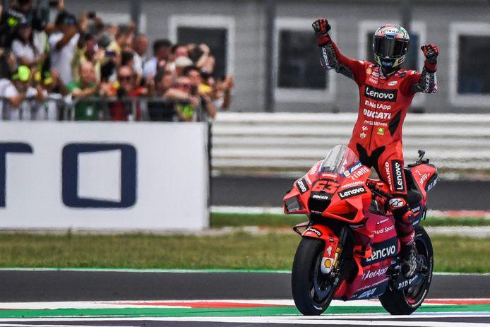 Francesco Bagnaia viert zijn overwinning.