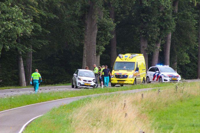 Hulpdiensten bij een van de betrokken auto's.