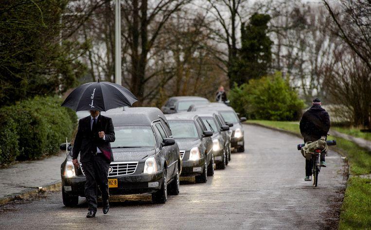 De lijkwagen met Frans Molenaar komt aan bij de begraafplaats Zorgvlied in Amsterdam. Beeld null