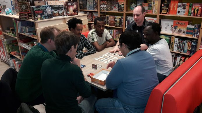 Spellenavond in spellenwinkel Dondersteen in Hengelo met jonge Eritrese vluchtelingen om hun intergatie te bevorderen