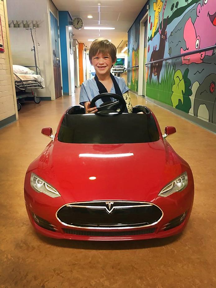 De 6-jarige Stef had de primeur. Hij reed als eerste in de elektrische wagen naar de operatiekamer.