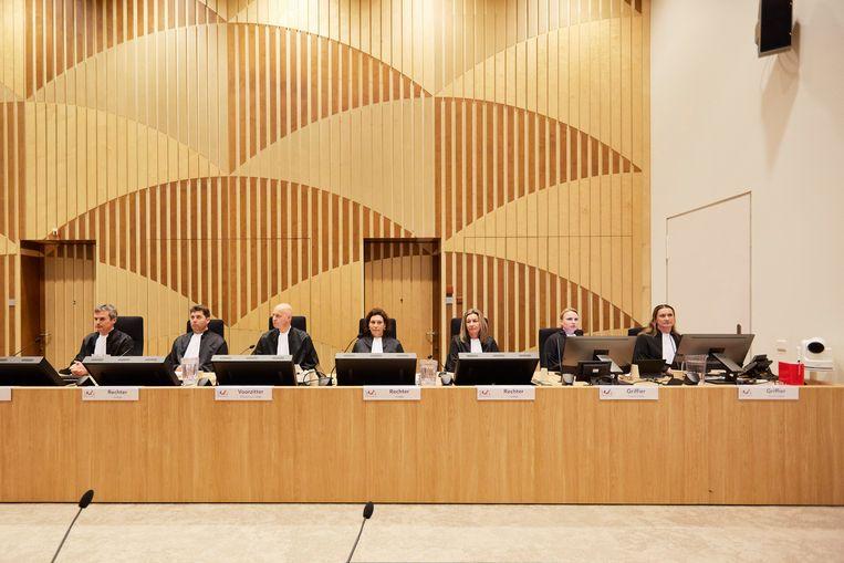 De rechters in de zwaar beveiligde Schiphol-bunker voor de behandeling van het MH17-proces.  Beeld Getty Images