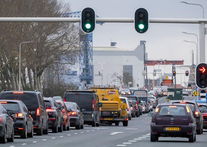 Lange rijen auto's wachten tot ze de passage over de Keersluisbrug in Vlissingen kunnen maken.
