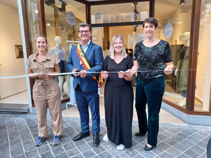 Schepen Charlotte Verkeyn, burgemeester Bart Tommelein, jonge onderneemster Indira Verwichte en Esther Vandebroeke van vzw Stebo.