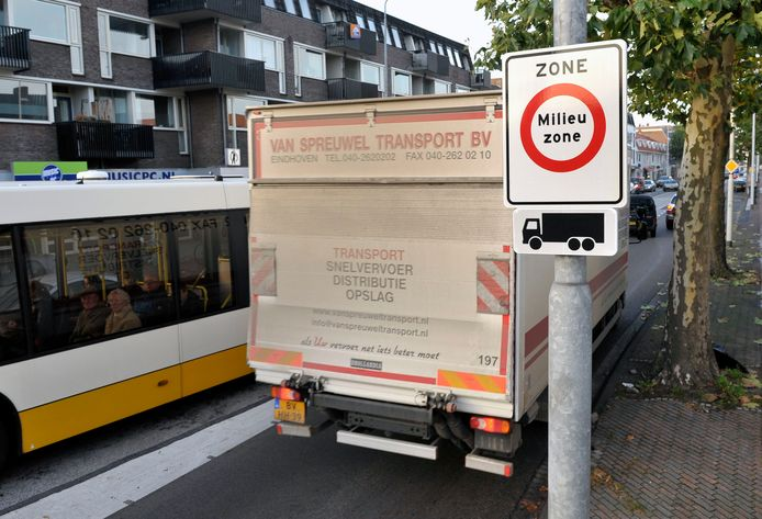 De vrachtwagen op de foto voldoet aan de milieueisen en mag dus de Eindhovense milieuzone in. Archieffoto Jean Pierre Reijnen
