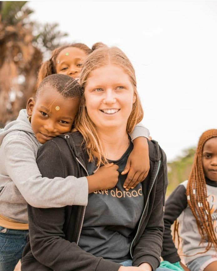 Hanne (22) uit Drunen samen met leerlingen van haar stage in Kaapstad.