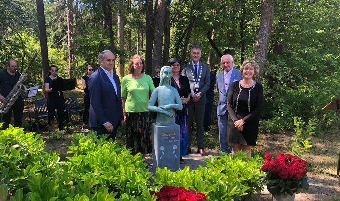 Het Anne Frank-beeld van Mariëtte Coppens is verhuisd naar de Joodse begraafplaats in Oisterwijk. Zondag werd het er ingehuldigd in aanwezigheid van Claude Marinower, Mieke en Diana Coppens, Herman Janssen, André Verhoeven en Katrien Schryvers