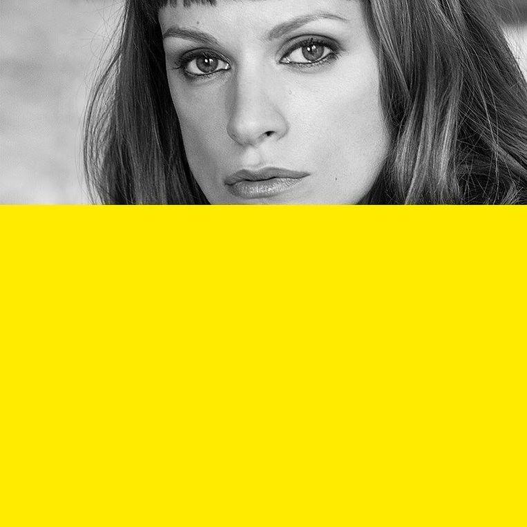 Actrice Veerle Baetens, deels verscholen achter een geel vlak. Beeld rv