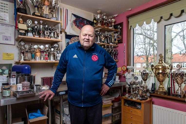 John van Elst was vroeger patissier. In zijn huis heeft hij een werkkamer waar zijn vele prijzen staan opgesteld.  Beeld Dingena Mol