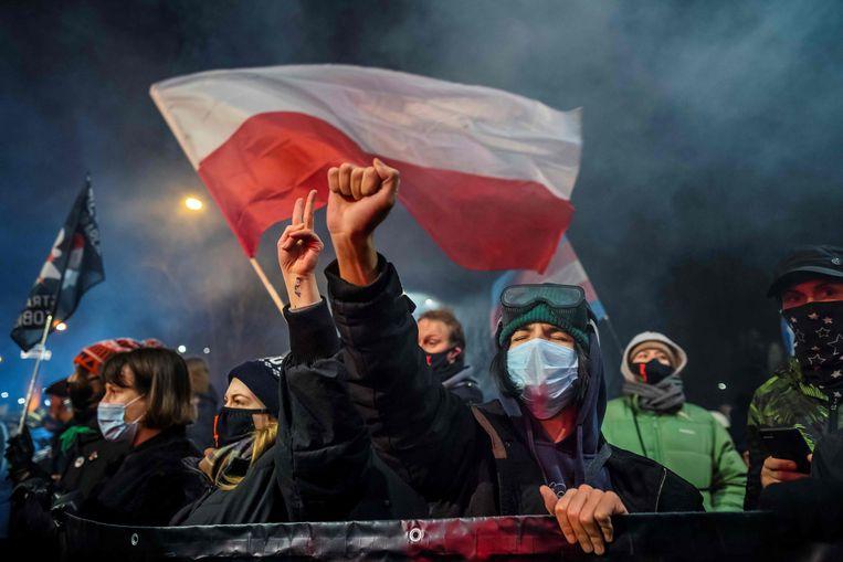 Woensdag in Warshaw werd opnieuw gemanifesteerd tegen de strenge Poolse abortuswet. 'Hoezo het lichaam van vrouwen is geen oorlogsterrein?' Beeld AFP