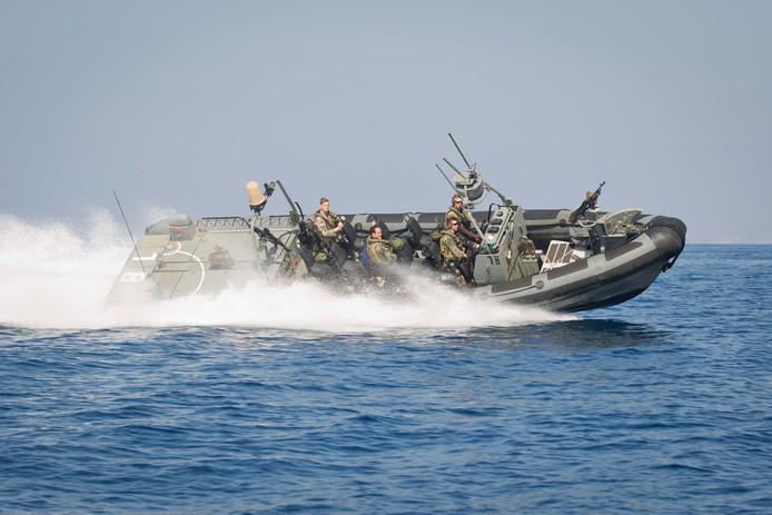 Nederlandse mariniers patrouilleren op een Frisc in het gebied rond Somalie