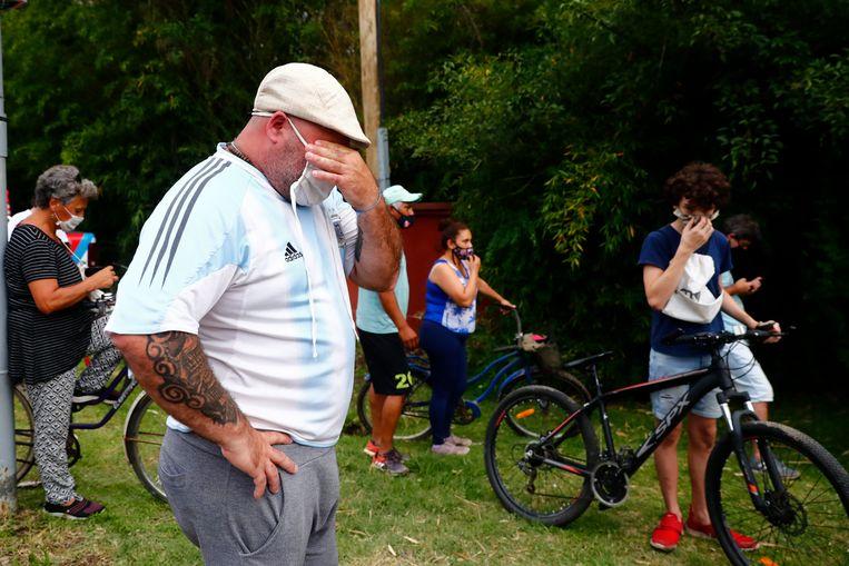 Fans verzamelden zich woensdag bij het huis van Diego Maradona.  Beeld AP