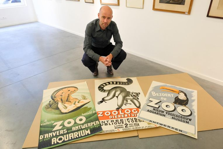 Peter Bernaerts toont de affiches van de zoo.