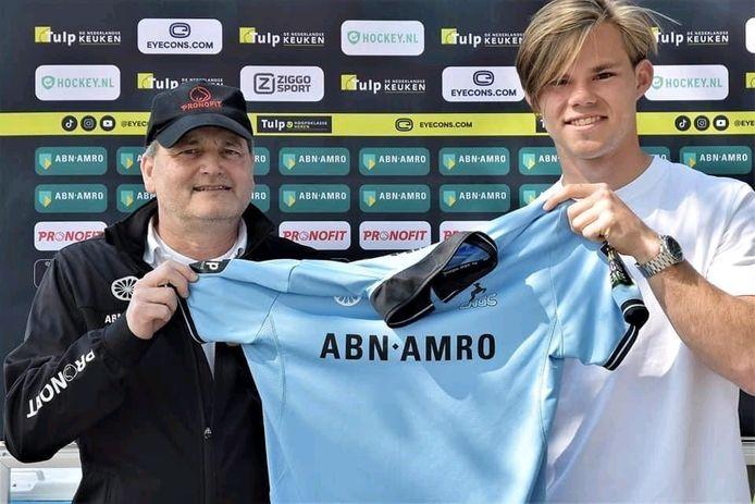 Willem van Campen wordt gepresenteerd bij HGC, links HGC-coach Paul van Ass.