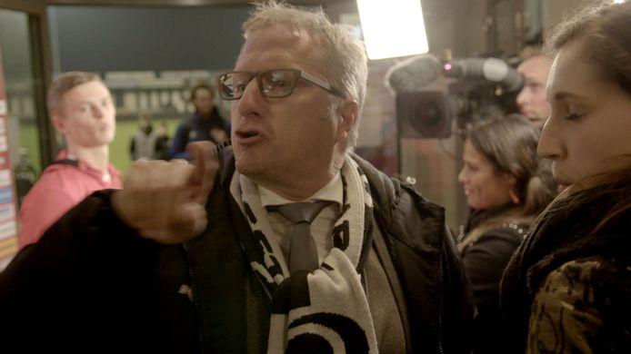 Trainer Eric Meijers roept naar een journalist dat De Gelderlander een 'kutkrant' is.