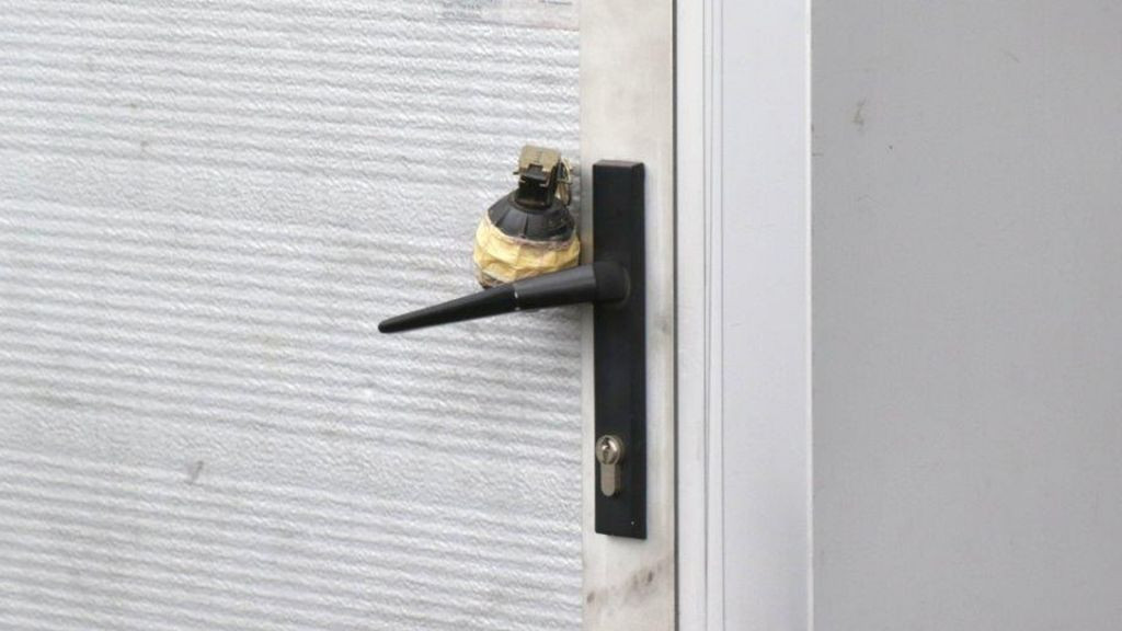 De handgranaat is met tape bevestigd aan de deur