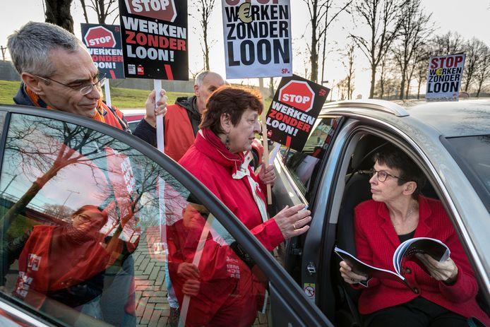 Staatssecretaris van Sociale Zaken Jetta Klijnsma krijgt bij haar bezoek aan Weener XL een zwartboek aangeboden door Ans Lokhof van de SP in Den Bosch.