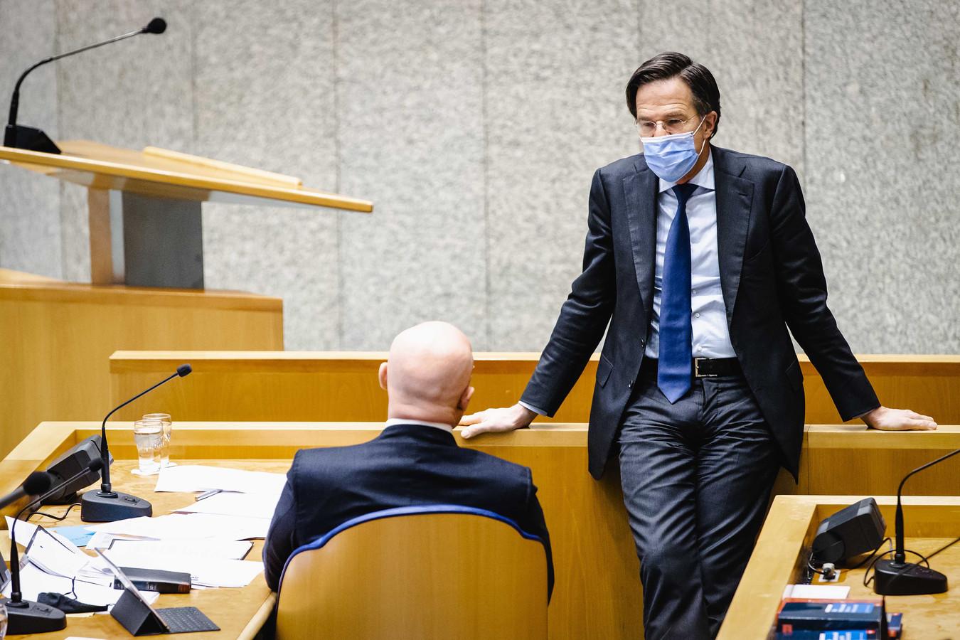 Rutte en Grapperhaus tijdens het debat over de spoedwet.