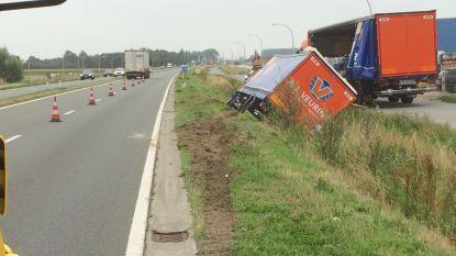 Chauffeur raakt onwel en rijdt truck in gracht