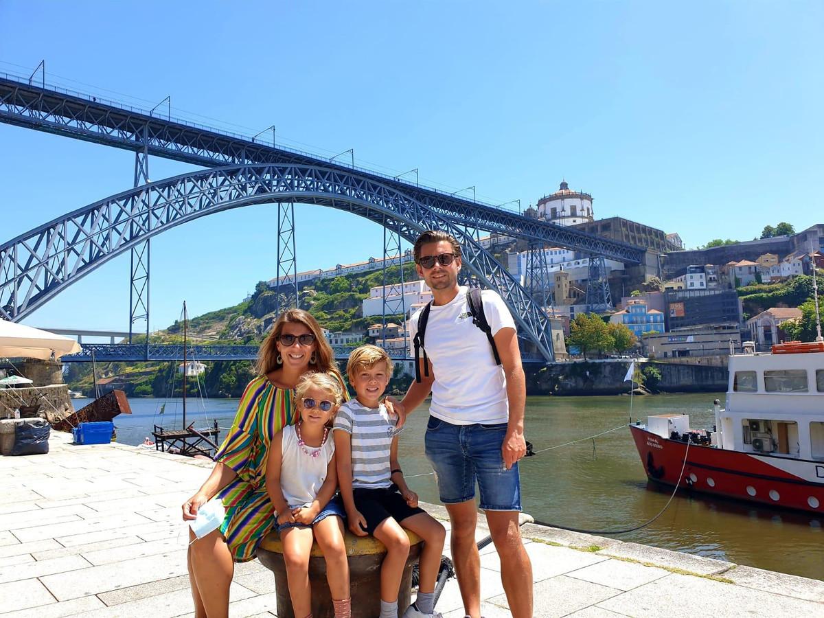 Ivy Groenen, Julie-Sue, Maxim en vader Sander Dingen bij de Dom Luis I-brug in het Portugese Porto.