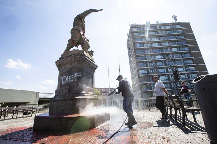 Het standbeeld van Piet Hein in Rotterdam-Delfshaven wordt schoongemaakt nadat het was beklad en besmeurd. Over de hele wereld worden standbeelden van omstreden personen omver getrokken uit protest tegen racisme.