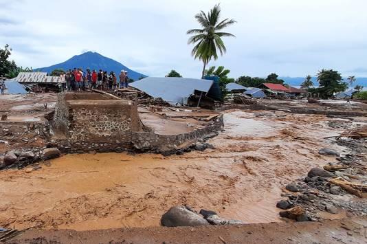 Water en modderstromen hebben grote schade aangericht in Indonesië.