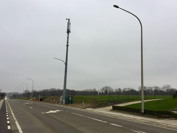 Nieuwe gsm-masten op de N2 moeten voor een betere ontvangst zorgen in de regio, maar niet alle omwonenden zijn er even blij mee.