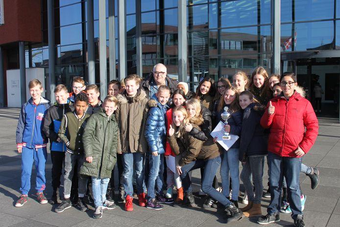 Een trotse Ludo nadat hij met groep 8 van Maria Regina het jeugddebat van de gemeente Steenbergen heeft gewonnen.