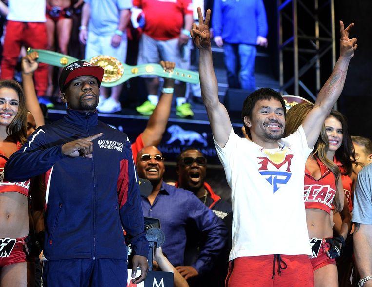 Floyd Mayweather (links) en Manny Pacquiao bij de weging. Beeld epa