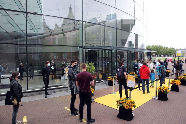 Rij voor het Van Gogh Museum.  Beeld AFP
