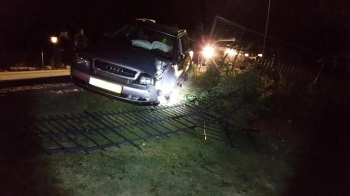 De auto ramde een hekje aan de Maasbandijk.