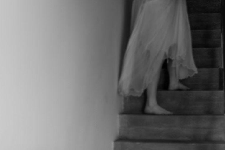 Zoë Parton maakt gebruik van het laatste kledingstuk van haar zus: een engelachtige rok. Beeld Zoë Parton