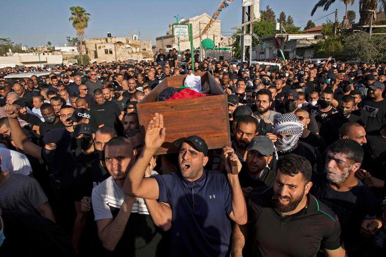Dinsdag vond in Lod de begrafenis plaats van een Palestijnse man die tijdens de rellen werd doodgeschoten.  Beeld AFP