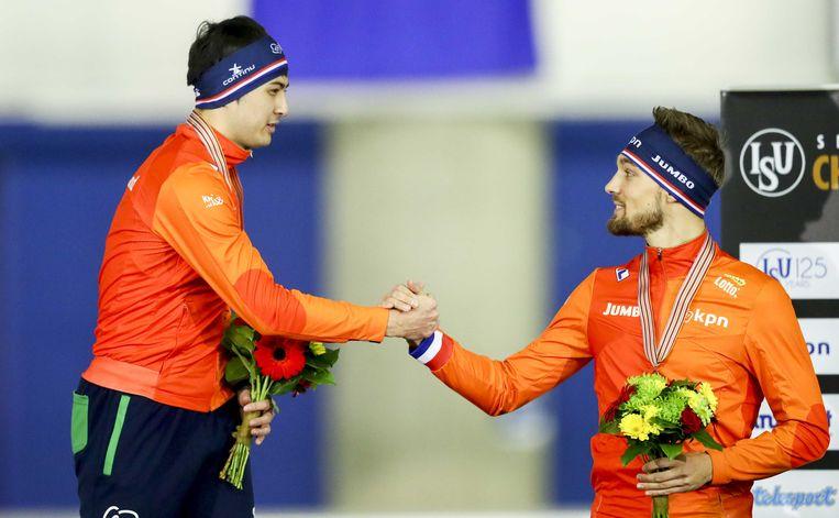 Nummer 3 Kjeld Nuis (r) feliciteert wereldkampioen Kai Verbij na het voor Nederland beste WK sprint ooit. Beeld ANP