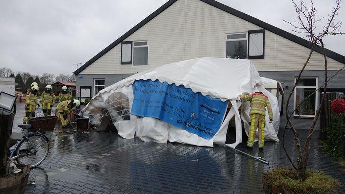 De tent van de kringloopwinkel Hardenberg was niet bestand tegen de wind.