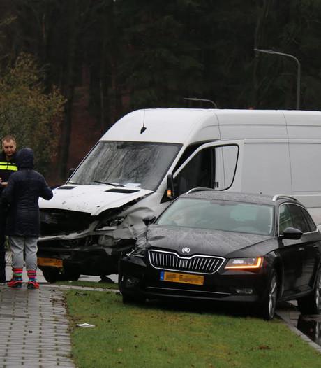 Botsing tussen auto en koeriersdienstbusje in Velp