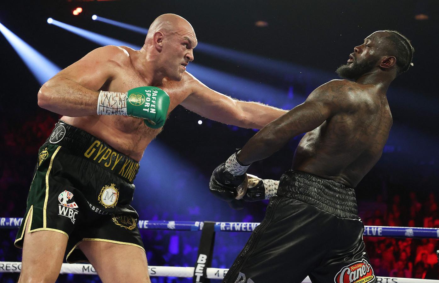 Tyson Fury raakt Deontay Wilder tijdens hun zwaargewicht-gevecht voor Wilder's WBC en Fury's lineaire zwaargewicht titel op 22 februari 2020 in de MGM Grand Garden Arena in Las Vegas.