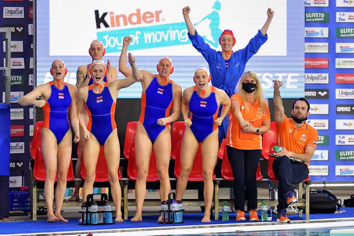 De Nederlandse waterpolosters hebben zich voor het eerst sinds 2008 weer geplaatst voor de Olympische Spelen. Zij reizen binnen afzienbare tijd af naar Tokio. Mét vaccinatie.