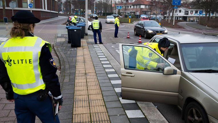 Politieagenten in Amstelveen houden een verkeerscontrole. Beeld Arie Kievit