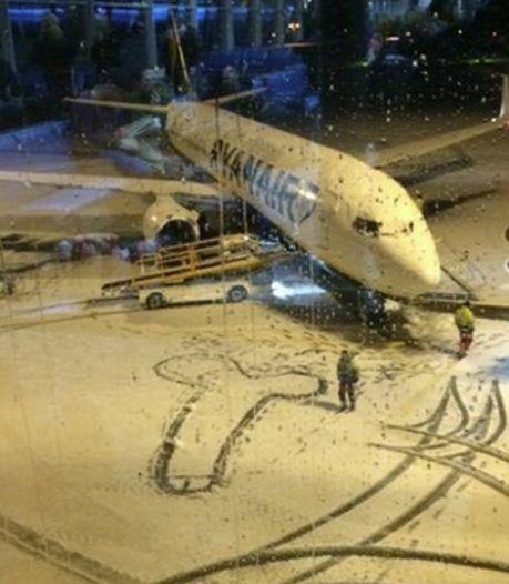 Un dessin obscène aux pieds d'un avion Ryanair
