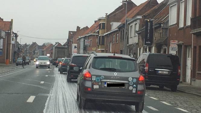 Brandweer ruimt kilometerslang mazoutspoor langs N8 in Wevelgem