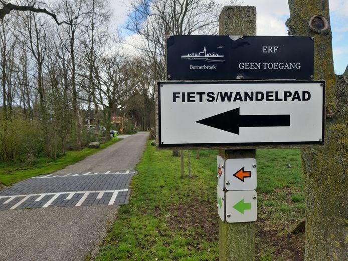 Duidelijke aanwijzing bij een woning aan de Maatkampsdwarsweg waar de route om het erf is heengelegd.