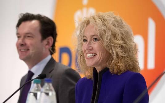 Jan Bos (links) vertrekt als financiële man van PostNL. Pim Berendsen volgt hem op.